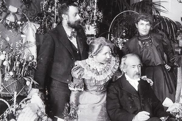 Zacharias Topelius på 80-årsdagen den 14 januari 1898. Acke och Eva till vänster, Toini till höger.